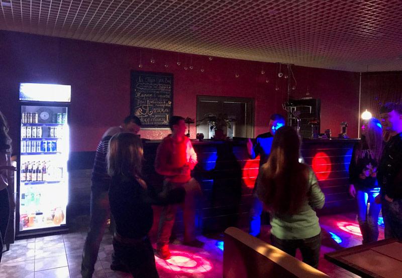 Ночной клуб на красных партизан танец на столе в ночном клубе